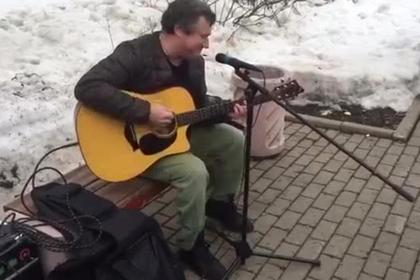 Лидер «АукцЫона» далуличный концерт вподдержку историка Дмитриева