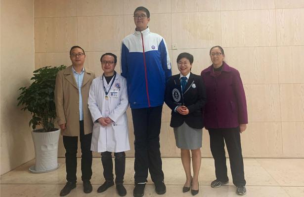 Самого высокого подростка вмире нашли вКитае