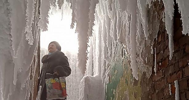 Подъезд вроссийском городе превратился в«ледяную пещеру»