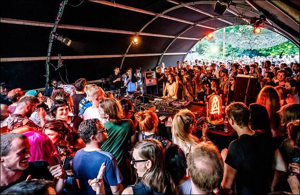 Какие вЕвропе самые крутые фестивали электронной музыки? (безTomorrowland). Интересует хаус, техно, экспериментальная электронная музыка. ?