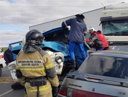 ВСызранском районе столкнулись триавтомобиля, погиб человек