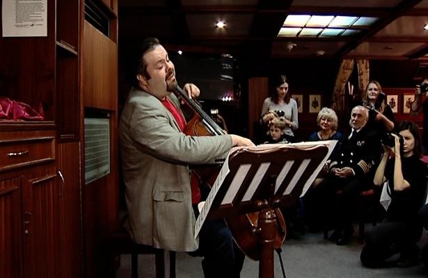 Всемирно известный виолончелист выступил наборту барка «Крузенштерн»