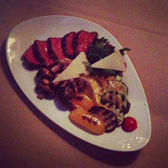 Ресторан Беллуччи - фотография 18 - Потрясающая говядина с рукколой и овощами гриль