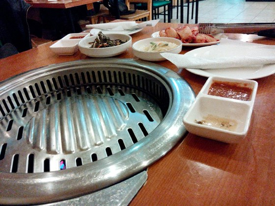 Ресторан Самми - фотография 1 - Самми. Встроенная жаровня для корейского BBQ.