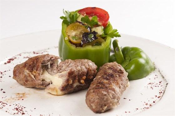 Ресторан Saperavi Café - фотография 52 - Люля-Кебаб с копченым сулгуни и овощным салатом в перце