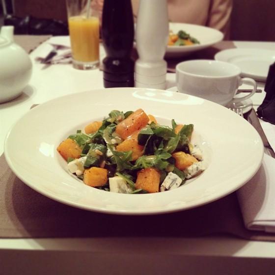 Ресторан Abajour - фотография 6 - Вкуснейший теплый салат с тыквой, голубым сыром, рукколой и кедровыми орешками.