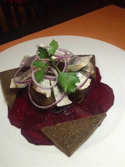 Ресторан Бардак - фотография 8 - Филе сельди с картошечкой и карпаччо из свеклы