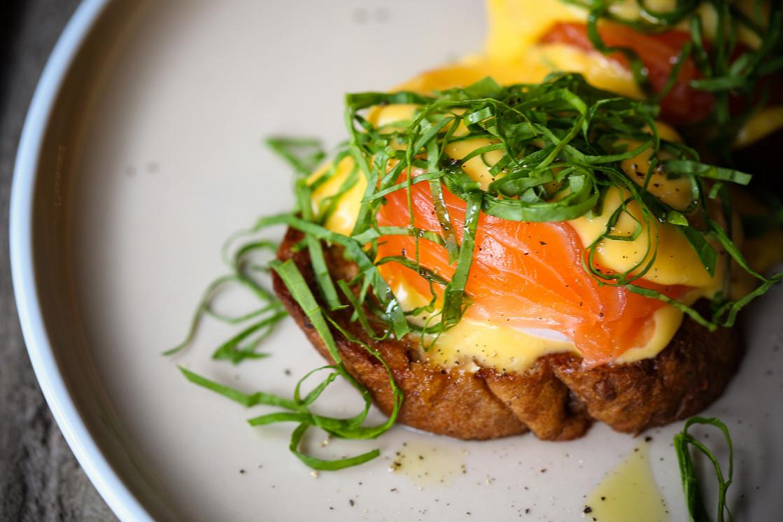 Ресторан Tehnikum - фотография 6 - яйцо рояль,ореховый тост,лосось,авокадо
