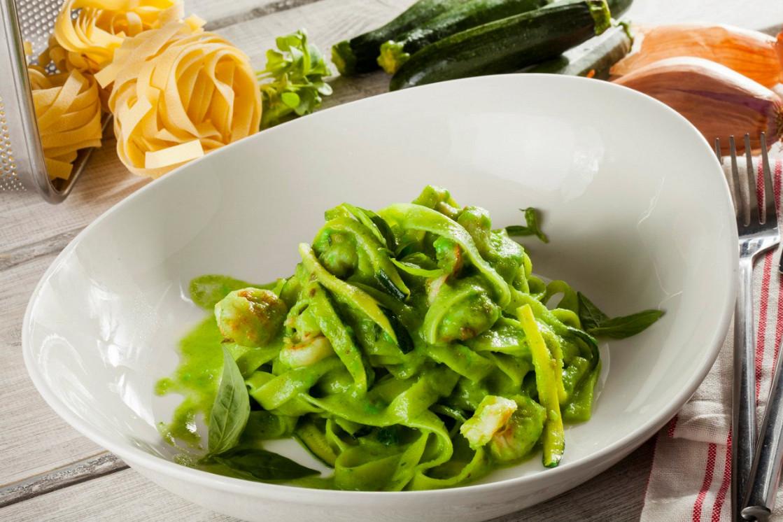 Ресторан Pesto Café - фотография 2 - Феттучини с королевскими креветками в соусе из цуккини , шпината и лука-порея.