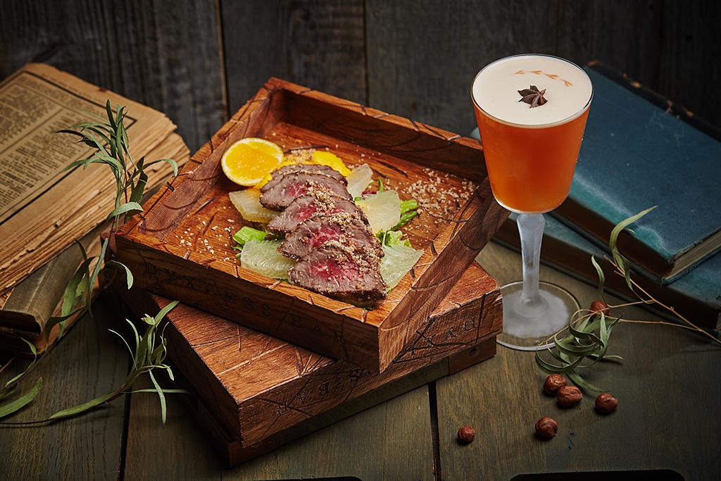 Ресторан Dyxless Bar - фотография 6 -  «Говядина и Чай», это кострец с лесным орехом, биттером «Ангостура», памело и морковным муссом и сауэр на основе джина, настоянного на красном чае, с амаро, маракуйей и чайным биттером.