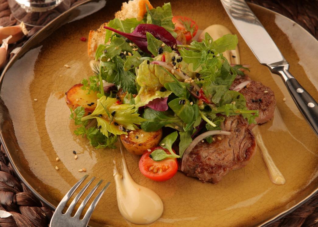 Ресторан The Waiters - фотография 2 - Тёплый салат с говядиной на гриле