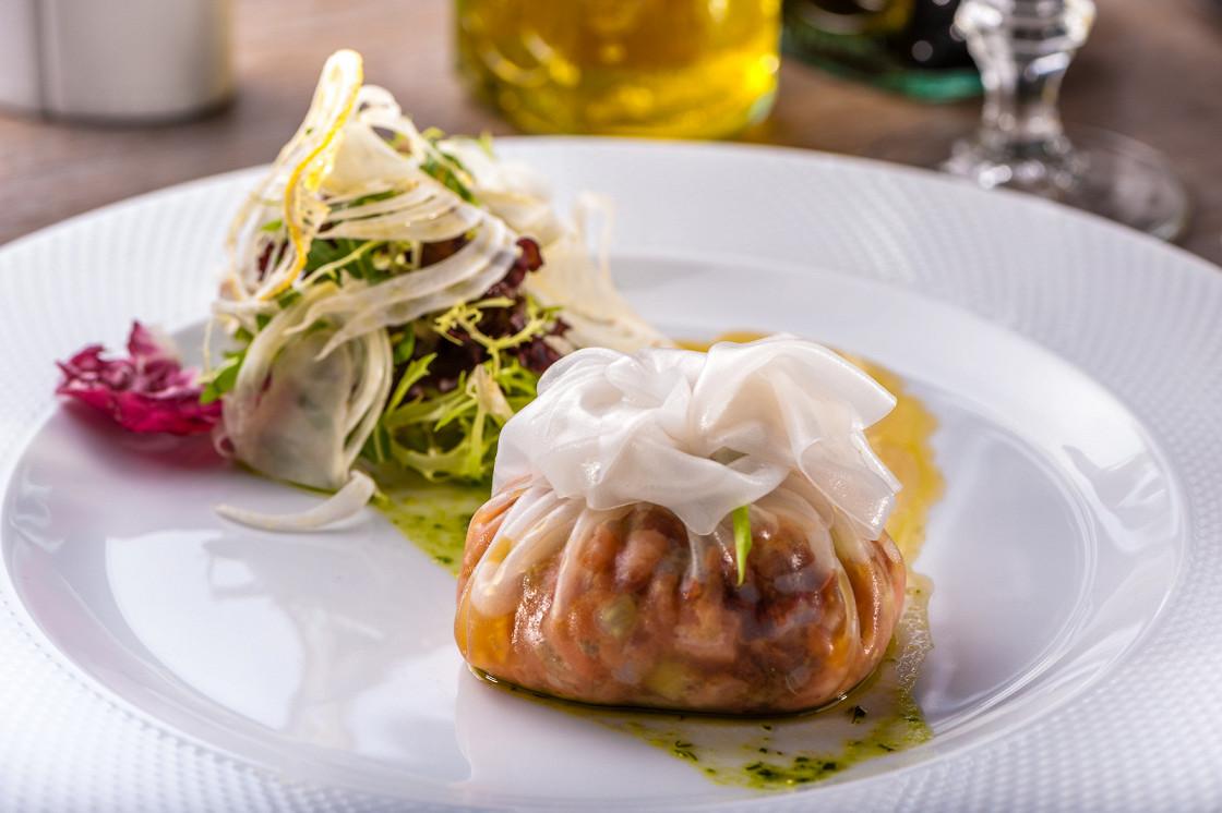 Ресторан After Seven Café - фотография 15 - Тар-тар из лосося в рисовой бумаге с песто из укропа