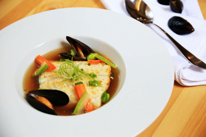 """Ресторан Corner Café & Kitchen - фотография 25 - Филе зубатки в бульоне """"Умами"""""""
