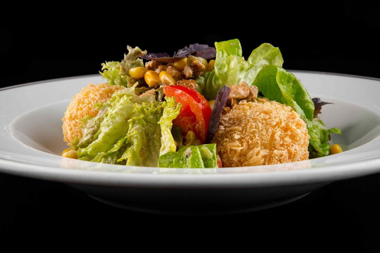 Ресторан Kitchenette - фотография 11 - Салат с хрустящим сыром