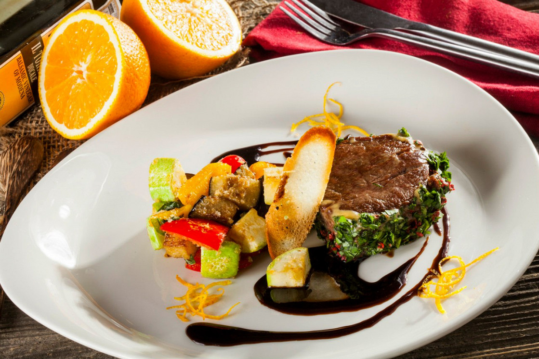 Ресторан Pesto Café - фотография 3 - Турнедо из говядины с рататуем и соусом бальзамик