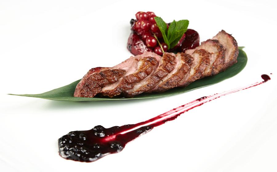 Ресторан Де Марко - фотография 32 - Филе утки со сливами и соусом из черники