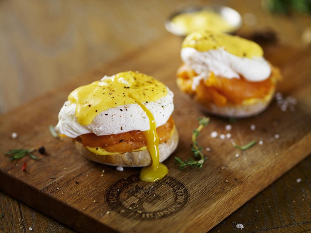 Ресторан Hudson Deli - фотография 5 - Бейглы с семгой и яйцом бенедикт