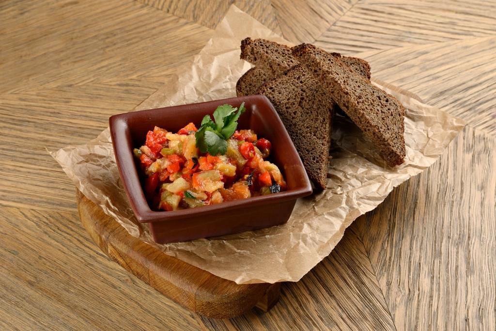 Ресторан Гулиани - фотография 5 - Салат из овощей, запеченных на мангале с ароматными тостами из бородинского хлеба.