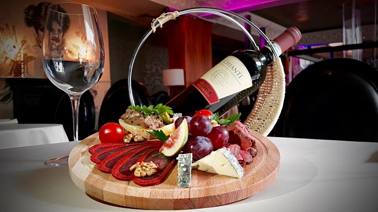 Ресторан Emporio café - фотография 6 - Красный сет состоящий из мясных закусок и бутылки красного вина Кьянти (Chianti)