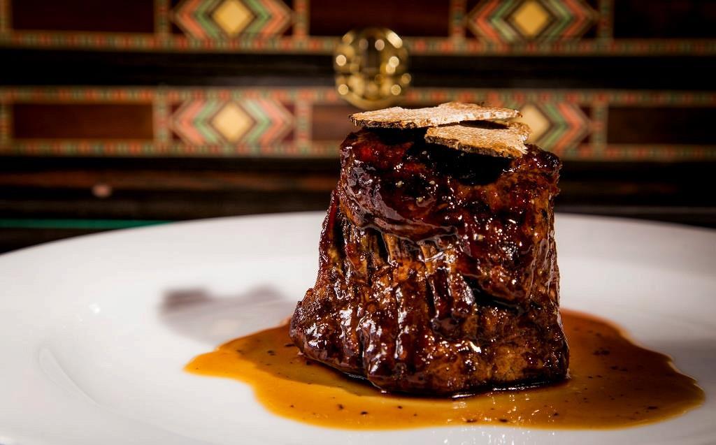 Ресторан Мясной клуб - фотография 5 - Шатобриан с соусом из черного трюфеля