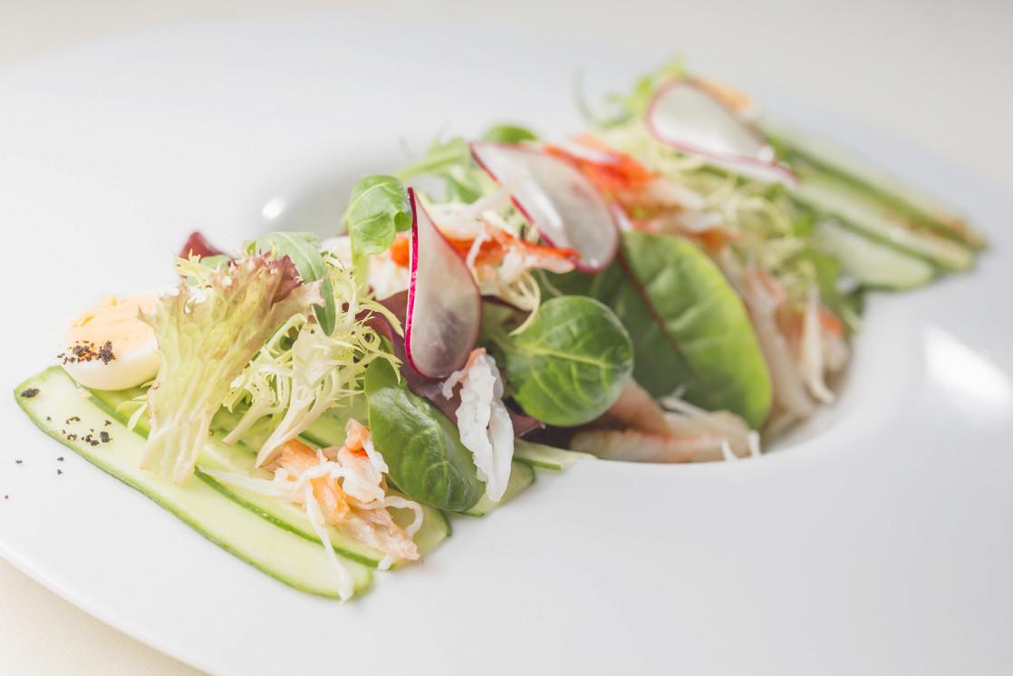 Ресторан Русские сезоны - фотография 6 - Салат с камчатским крабом и кедровыми орешками