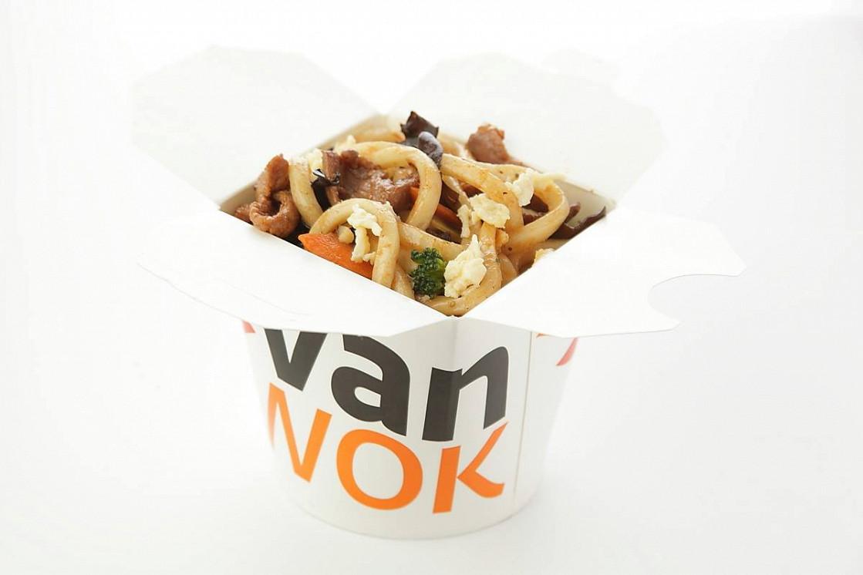 Ресторан Vanwok - фотография 2 - Японский удон с овощами, омлетом, курицей, тофу, древесными грибами в соусе Терияки