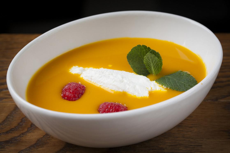 Ресторан Boston Seafood & Bar - фотография 10 - Суп из манго