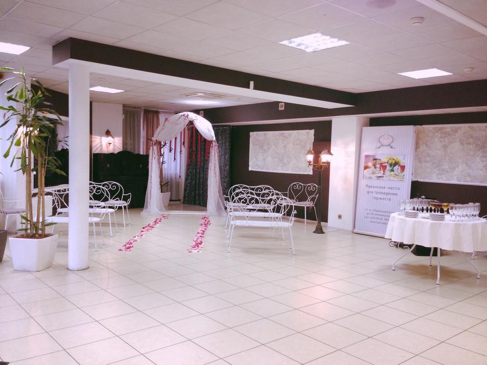 Ресторан Таврический сад - фотография 2 - Просторный холл для проведения приветственного фуршета и церемонии бракосочетания