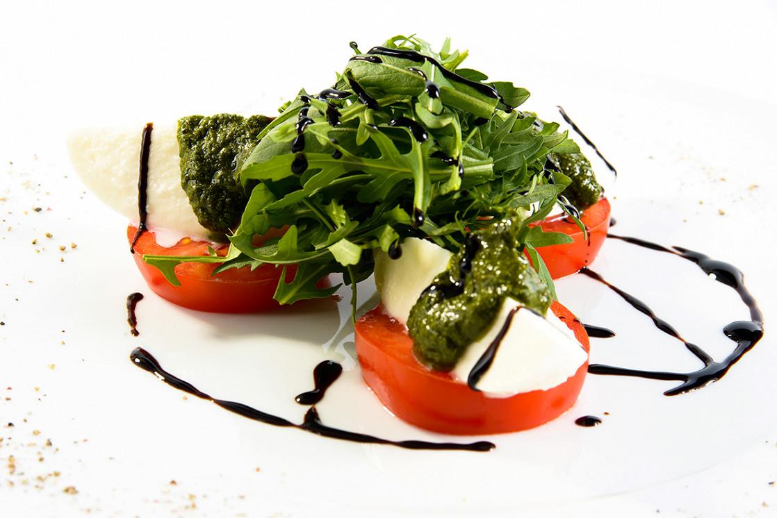 Ресторан Real Food - фотография 9 - Салат Капрезе с бакинскими томатами и Моцаррелой