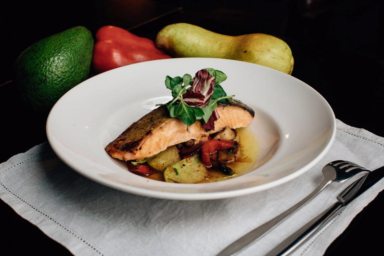 Ресторан Franky - фотография 2 - Лосось с овощным соте и апельсиновым соусом. Нежный и сочный лосось в сочетании с интересным сладковатым соусом и овощами.