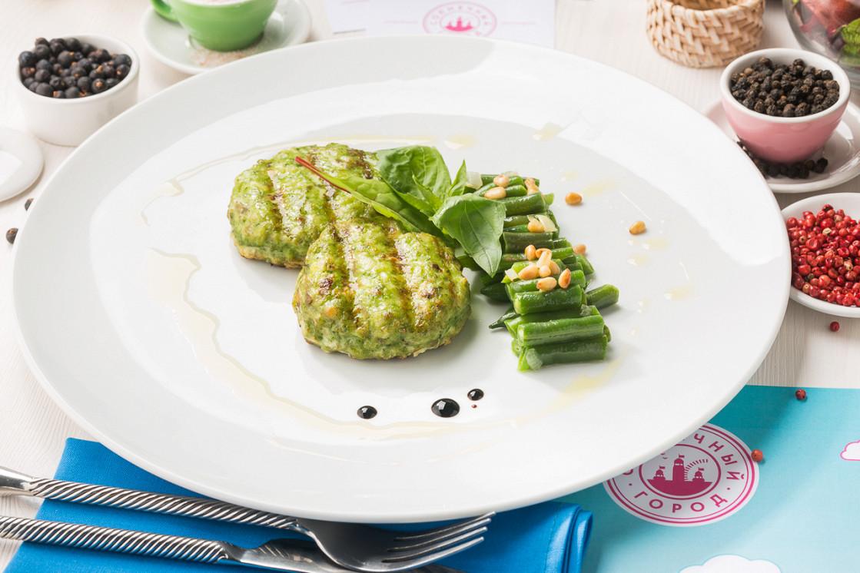 Ресторан Солнечный город - фотография 3 - Зелёные котлеты из судака с фасолью и кедровыми орешками