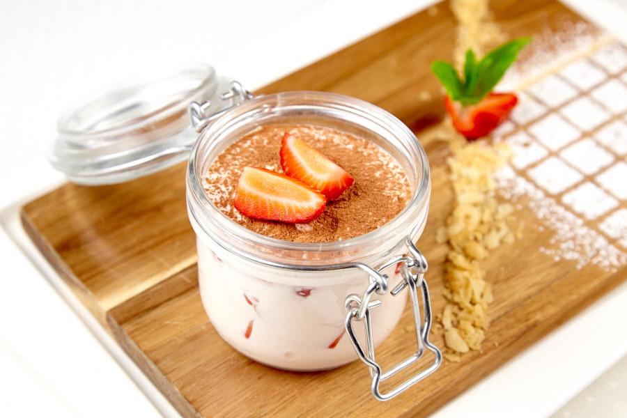 Ресторан Де Марко - фотография 12 - Клубничный мильфей: Слоенное пирожное из хрустящих коржиков свежей клубники и легкого крема.