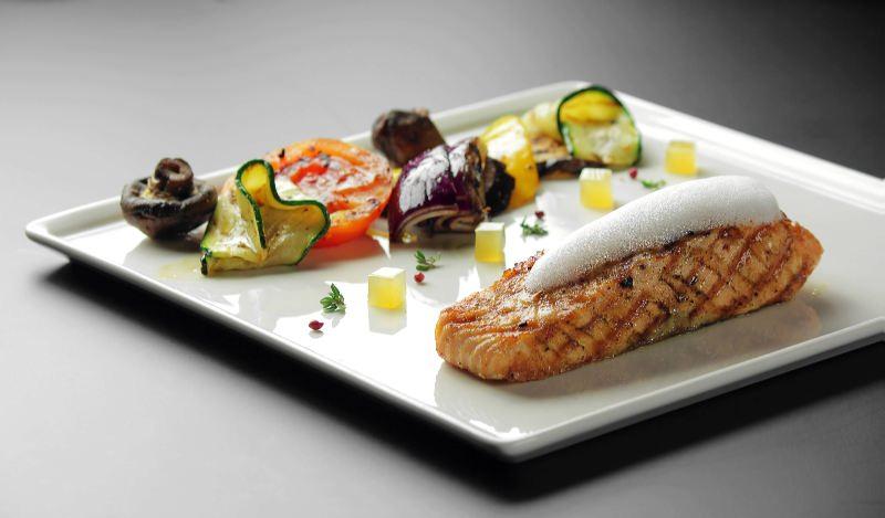 Ресторан Pool Bar & Grill - фотография 4 - Стейк лосося с пеной Сабайон