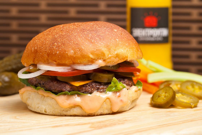 """Ресторан Электроугли - фотография 3 - Бургер """"Спиди Гозалес"""" с халапеньо и острым соусом Ранчо"""