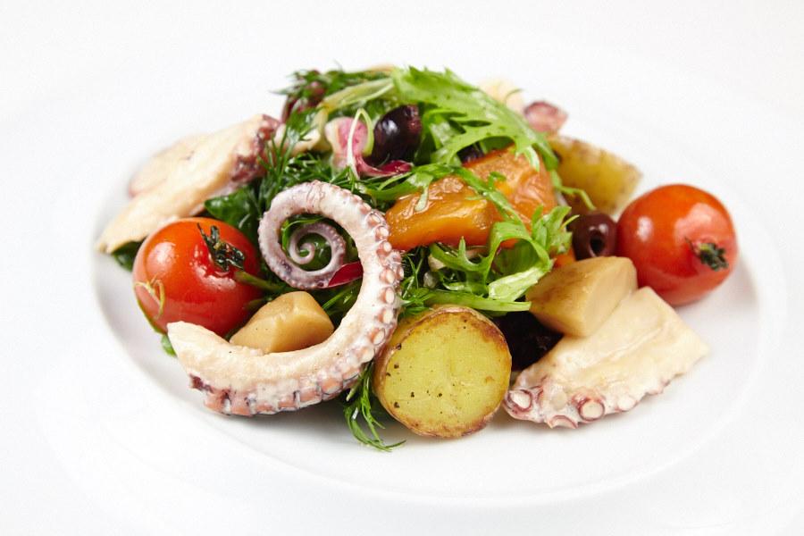 """Ресторан Де Марко - фотография 25 - Салат с осьминогом под креветочным соусом """"Биск"""" и печеным картофелем: Этот салат придется по вкусу всем любителям средиземноморской кухни."""