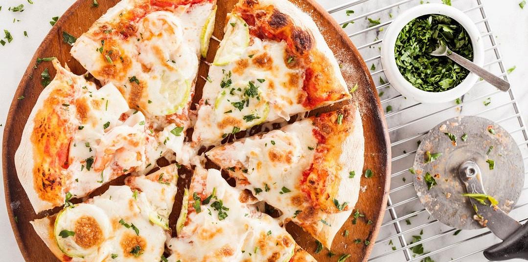 Ресторан Pesto Café - фотография 2 - Пышная пицца с королевскими креветками, кальмарами и цуккини.