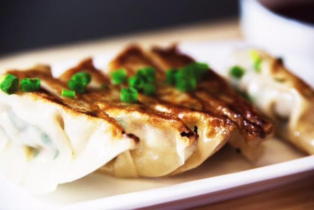 """Ресторан Corner Café & Kitchen - фотография 1 - Домашние японские пельмени """"Гедза"""" со свининой"""