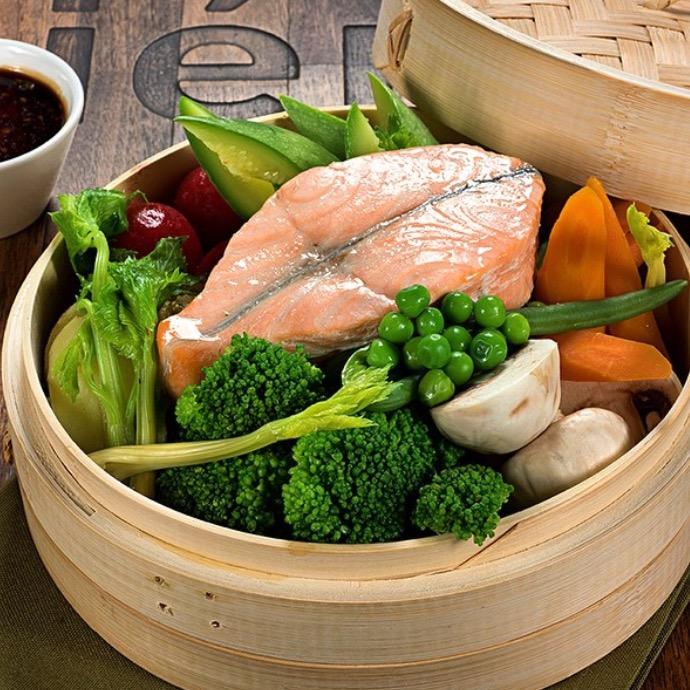 Ресторан Kitchenette - фотография 9 - Стейк из семги на пару с овощами
