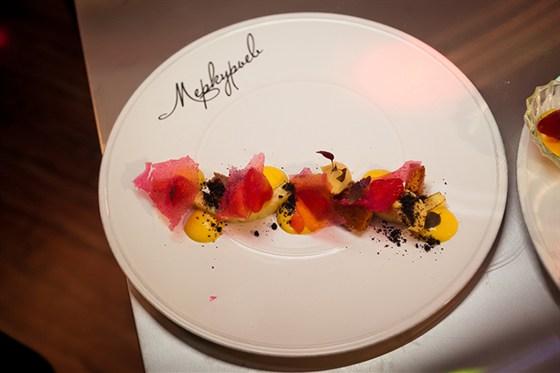 Ресторан Pilove Café - фотография 15 - Десерт «Меркурьев» - это воздушная эспума из спелого тайского манго с жареным крем-брюле и маринованной клубникой с ароматом Куантро, печеньем «Арлет», соусом «Цитрон» и кунжутом.