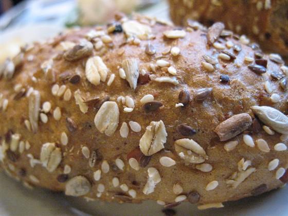 Ресторан Фрикадельки - фотография 25 - Зерновой хлеб. Отпекается на собственной пекарни ресторана.
