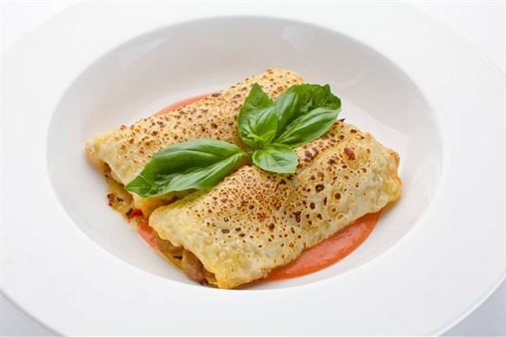 Ресторан Де Марко - фотография 39 - Каньолони, фаршированные телятиной и овощами, запеченые под сыром и томатным соусом.