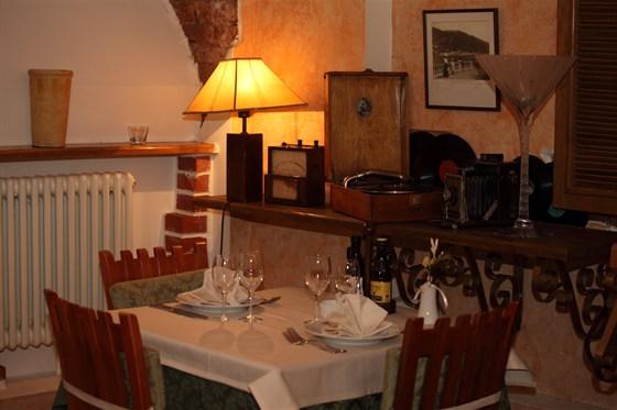 Ресторан Роберто - фотография 4 - Уютный стол в уголке.