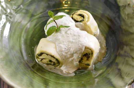Ресторан Saperavi Café - фотография 15 - ГЕБЖАЛИЯ: рулетики из молодого сыра чкинти-квели с начинкой из мяты в соусе из мацони и мяты.