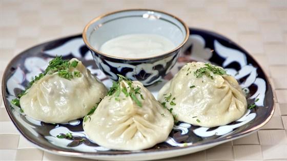 Ресторан Самарканд - фотография 6 - Манты «Узбекские» со сметаной – на Ваш выбор: жареные или на пар с рубленой бараниной, с грибам, с семгой