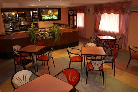 Ресторан Фантазия - фотография 6 - Бар, отличаясь демократичностью, прекрасно подходит как для повседневных встреч с друзьями, так и для небольших банкетов. Особенно хорош этот зал для проведения детских праздников!