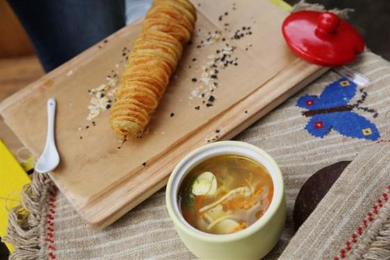 Ресторан Kotleta - фотография 3 - картофельная пружинка и суп-лапша куриная