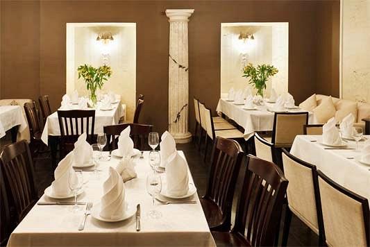 Ресторан Салхино - фотография 28 -  Обстановку составляют светлые уютные диваны, столики темного дерева, хрустальные люстры, изящные греческие колонны и игривые ангелочки в нишах.