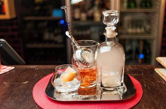 "Ресторан Bottle Bar - фотография 7 - Коктейль ""Smoky More"" (490 руб.) бругал экстра вьехо, пино де шарант, аппероль, гейпфрутовый биттер"