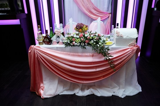Ресторан Ипподром - фотография 4 - стол молодых арка