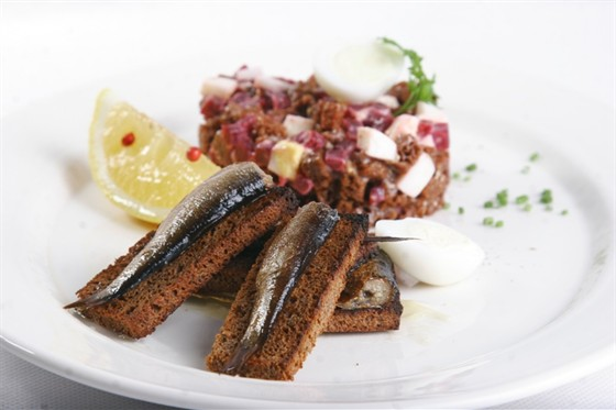 Ресторан Павильон - фотография 19 - Ароматные рижские шпроты в масле, которые подают с тар-таром из свеклы и бородинского хлеба
